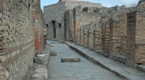 uipi-parede_na_cidade_italiana_de_pompeia_desaba_aps_chuvas-22102011