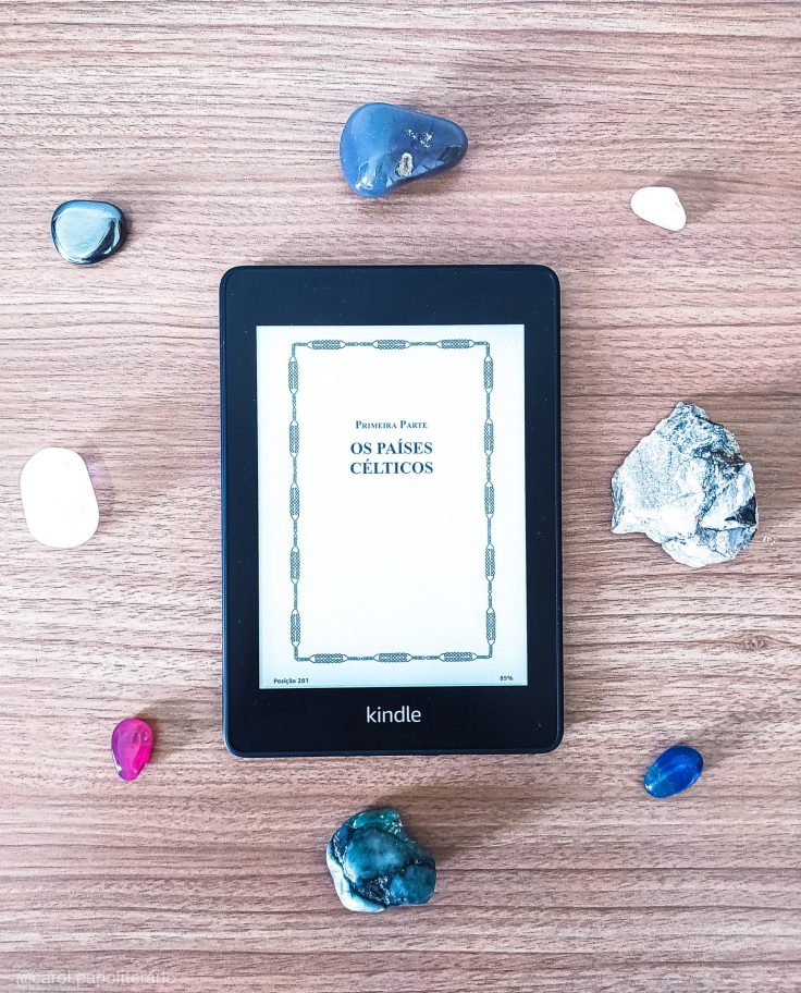 Apresentação da Primeira Parte do livro O Gênio Céltico e o Mundo Invisível na versão eBook, rodeado por cristais.