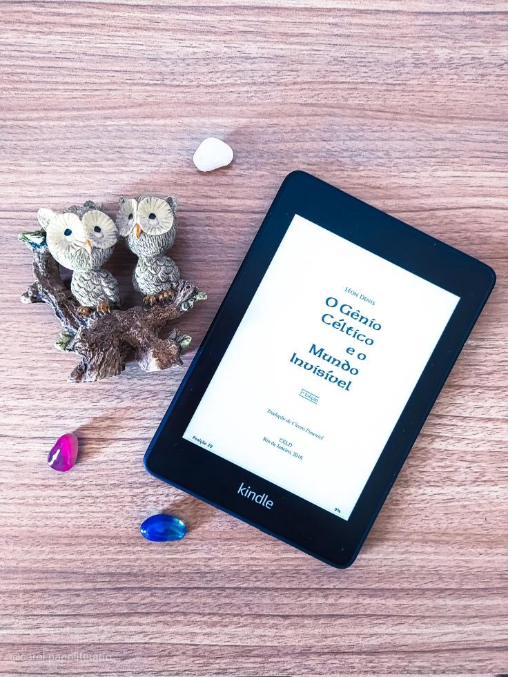 Segunda capa do livro O Gênio Céltico e o Mundo Invisível no formato eBook, pelo Kindle, ao lado de bibelô de corujas e cristais.