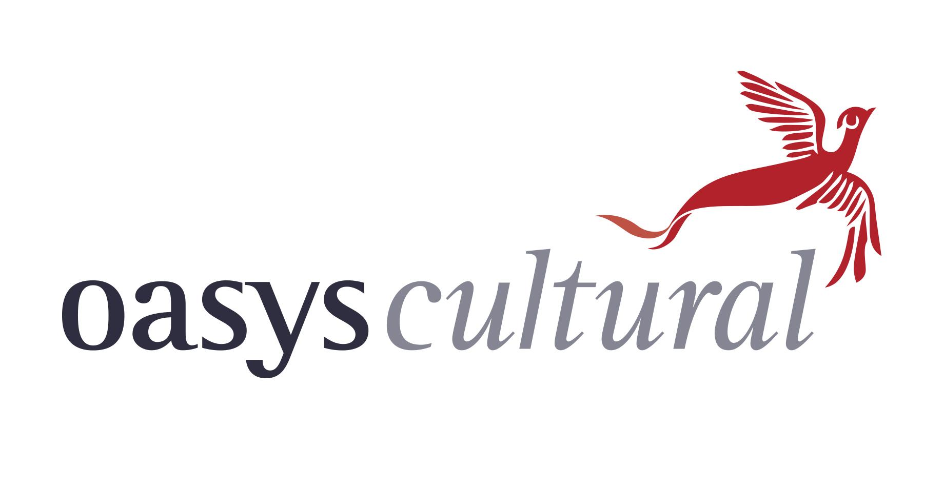 Logo da agência literária Oasys Cultural, que consiste no nome da agência, sendo oasys escrito em preto e cultural, em cinza, com o desenho de uma fênix vermelha por cima da palavra cultural.