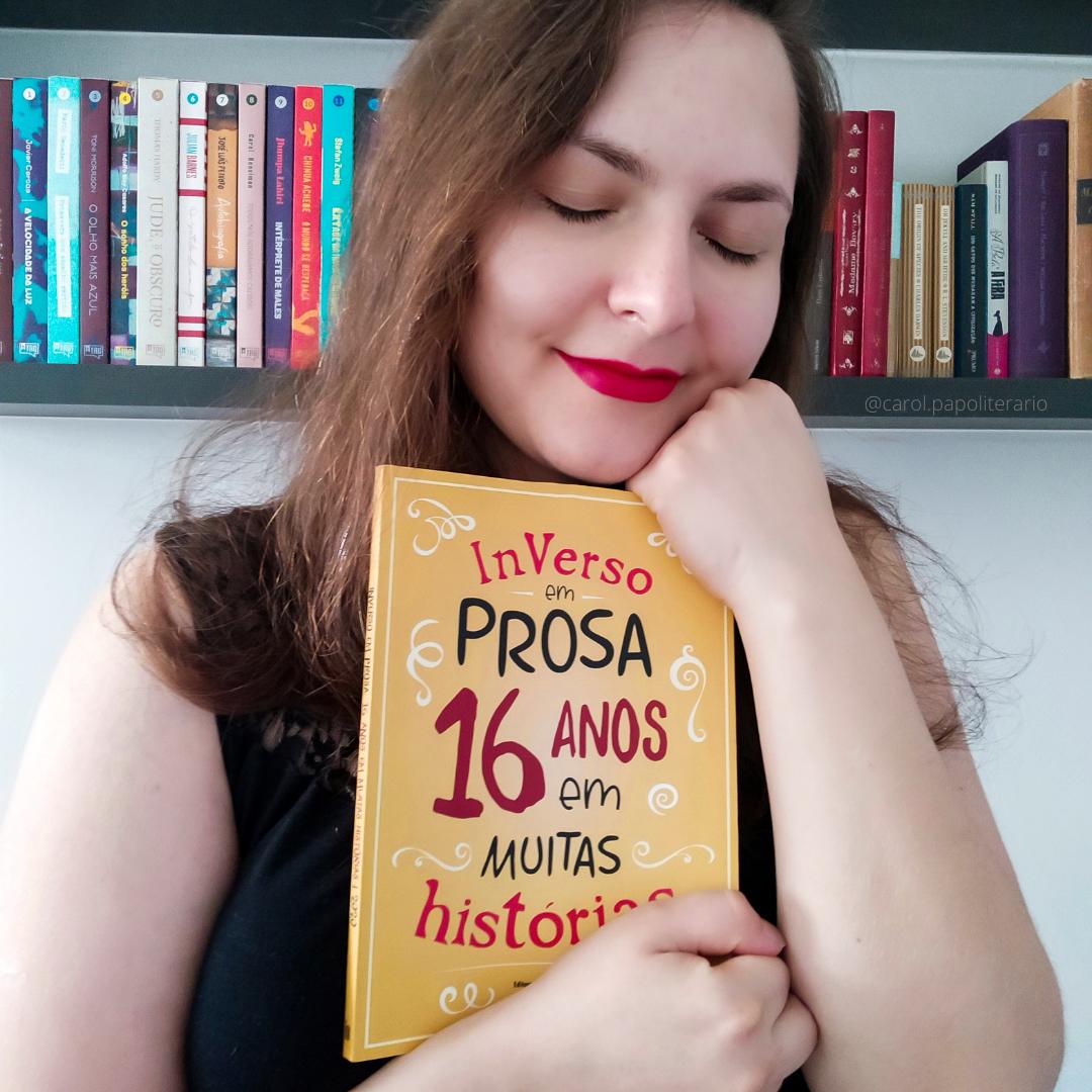 """Carol abraçando o livro """"InVerso em Prosa, 16 anos em muitas histórias""""."""